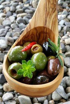 ¡Conoce la historia de una boricua que le dio su propio toque a las olivas!: http://www.sal.pr/?p=105364 #PuertoRicoEsRico