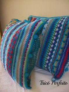 Almofada em crochê colorida com pontos vários pontos e gráfico
