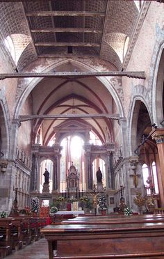 Chiesa di San Stefano - Venice, Italy   San Stefano Nave - San Stefano Nave     The nave approach to the altar can be quite dramatic, as light streams in behind the open architectural arrangement of the altar, with its two tall and solemn statues. There used to be a choir area right where we are standing, but it was taken apart in the 17th Century, and the choir sings now in the open area behind the altar.  .............