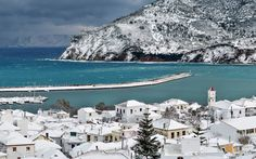After 30 years without snowfall, the island of Skopelos, now covered by one meter of snow, is in a state of emergency. Ferry connections to the mainland have been severed, some areas left without electricity and others without water.