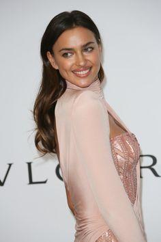 Pin for Later: Wer ist eigentlich Irina Shayk – die neue Freundin von Bradley Cooper?  Gemeinsam mit ihrer älteren Schwester, Tatiana, hat sie eine Beauty-Schule besucht.