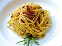 Pasta alla carbonara nebo-li těstoviny po uhlířsku jsou tradičním italským jídlem z okolí Říma. Spaghetti, Ethnic Recipes, Food, Essen, Meals, Yemek, Noodle, Eten