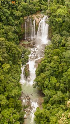 Nauyaca waterfalls - two amazing waterfalls near Dominical in Costa Rica. Worth the 4km hike to get there! Read more about the waterfalls here: http://mytanfeet.com/activities/nauyaca-waterfalls-in-costa-rica-dominical/