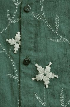 an uncomplicated sashiko design using two colors of thread Embroidery On Kurtis, Hand Embroidery Dress, Kurti Embroidery Design, Sashiko Embroidery, Embroidery On Clothes, Flower Embroidery Designs, Hand Embroidery Stitches, Embroidery Techniques, Embroidery Art