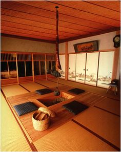 The traditional predecessor to the modern kotatsu, an irori is an open fireplace placed in the center of a tatami room. Japan Architecture, Pavilion Architecture, Sustainable Architecture, Residential Architecture, Contemporary Architecture, Irori, Tatami Room, Japanese Style House, Minimalist Dining Room