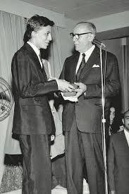download (4) 1960 O paulista Clodovil Hernandes ganha a Agulha de Ouro de melhor estilista. Alceu Penna desenha vestidos para evento promovido pela Rhodia e a revista O Cruzeiro, onde trabalha desde 1933.