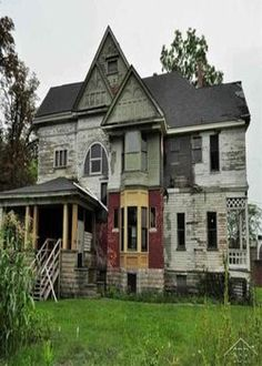 1886 Queen Anne – Saginaw, Missouri - they just don't make houses like they used to. Abandoned Property, Old Abandoned Houses, Abandoned Mansions, Abandoned Buildings, Abandoned Places, Old Houses, Haunted Houses, Fireplace Facing, Haunted Places