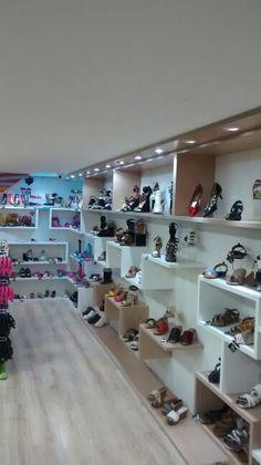 Painel em MDF com nichos e prateleiras em loja de sapatos, bolças e acessórios.