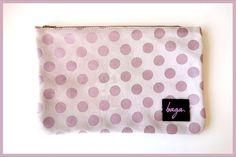 Precioso bolso de ante rosa de lunares. Cremallera metálica rosa. Medidas de 26 x 17 cm. Síguenos en @bagabg Bagan, Louis Vuitton Damier, Coin Purse, Wallet, Purses, Pattern, Pink, Leather Totes, Polka Dot