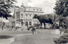 """""""Us Mem"""", monument Fries Rundvee Stamboek, en hotel De Klanderij. The Old Days, Holland, Dutch, Old Things, Louvre, Horses, Memories, Black And White, History"""