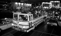 1965年7月29日 オープン観光バス登場 日本で初めてという屋根のないバスが東京駅-羽田空港間の夜の観光納涼コースにお目見え。 ◇ 【今日のタイムトラベル】・・・ 朝日新聞フォトアーカイ