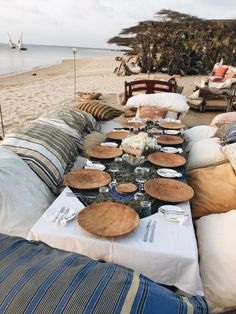 19 Fabulous Beach Picnic Ideas – Beach Bliss Living Let's hit the sand and have a fabulous beach picnic! Pack a Picnic Basket with some yummy bites and a bottle of Wine, and grab a Blanket. Table Dexterieur, Deco Table, Beach Dinner, Beach Picnic, Beach Bonfire, Sweet Home, Island Beach, Decoration Table, Spa Decorations