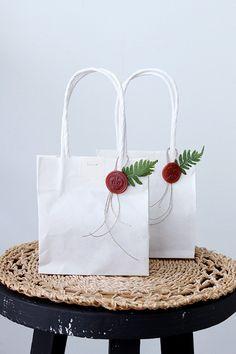 ★ダイソー人気のグルーガンでシーリングスタンプ作り   インテリアと暮らしのヒント Creative Gift Wrapping, Creative Gifts, Craft Bags, Craft Gifts, Christmas Wrapping, Christmas Crafts, Diy Arts And Crafts, Paper Crafts, Craft Packaging