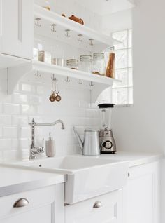 It is easier than you think to take your kitchen from builder grade to gorgeous on a budget! These kitchen makeover secrets will save you money and give you great ideas! White Kitchen Cabinets, Kitchen Dining, Kitchen Decor, Kitchen White, Kitchen Styling, Cuisines Design, Dining Room Design, Beautiful Kitchens, Kitchen Interior