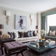 Vardagsrummet har komplementär färger i djupa men dova färger. Väldigt vackert.