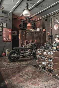 Discover the Best Vintage Industrial Decor Garage Industrial House, Vintage Industrial, Industrial Style, Industrial Furniture, Motorcycle Shop, Motorcycle Garage, Mechanic Garage, Design Garage, House Design