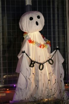 Halloween Decorations Ghost Hawaiian Style made from Tomato cage and sheets. DIY Ghost. Halloween Hawaiian Style. Easy Halloween Decorations, Theme Halloween, Halloween Projects, Halloween Ghosts, Halloween Horror, Holidays Halloween, Halloween Crafts, Craft Projects, Halloween Birthday