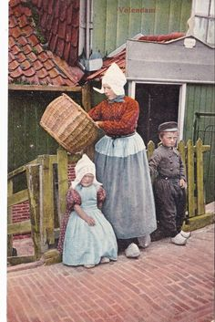 VOLENDAM HOLLAND CHILDREN MOTHER c1908 Postcard
