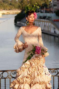 Pasarela Flamenca en el Puente de Triana · Traje de flamenca de encajes de la diseñadora Pitusa Gasul. Fotos: Chema Soler