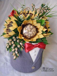 Оригінальні ідеї букетів для чоловіків: 25 фото - MyKingList.com Candy Bouquet Diy, Gift Bouquet, Candy Flowers, Paper Flowers, Birthday Decorations At Home, Chocolate Flowers Bouquet, Thali Decoration Ideas, Wedding Gift Baskets, Edible Bouquets