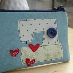 """""""I love sewing"""" pouch with an emergancy sewing kit inside. Freehand Machine Embroidery, Free Motion Embroidery, Embroidery Applique, Machine Applique, Sewing Hacks, Sewing Tutorials, Sewing Projects, Sewing Patterns, Sewing Kits"""