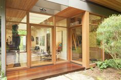 Anthony used the trellis of an existing breezeway to design this enclosed gallery. Photo by Sally Painter. Modern Japanese Architecture, Hillside House, Minnesota Home, Famous Architects, Japanese Design, Japanese Style, Breezeway, Grand Designs, Mid Century House