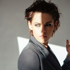 Kristen Stewart Updates provides you the latest updates on Twilight Actress, Kristen Stewart. Check back for more updates on Kristen! Kristen Stewart Cheveux Courts, Kristen Stewart Short Hair, Kristen Stewart Movies, Kirsten Stewart, Dandy, Idole, Punk, Pretty People, My Idol