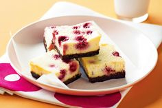 Chocolate and raspberry bakes cheesecake -This decadent cheesecake slice looks and tastes incredible but is simple to prepare and budget-friendly too. Yummy Treats, Yummy Food, Sweet Treats, Delicious Recipes, Just Desserts, Dessert Recipes, Chocolate Slice, White Chocolate, Chocolate Raspberry Cheesecake