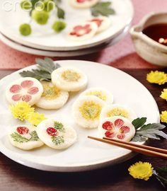 Hwajeon: traditional korean rice pancakes with edible flowers and usually drizzled with honey. Korean Rice Cake, Korean Sweets, Korean Dessert, Korean Food, Asian Desserts, Asian Recipes, K Food, Incredible Edibles, Flower Food