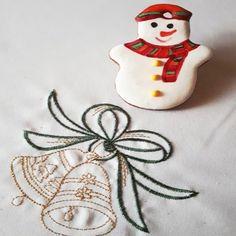 Egyedi, kézzel festett mézeskalács hóember karácsonyfadísz.      Unique hand painted gingerbread Christmas tree decoration. Snowman.