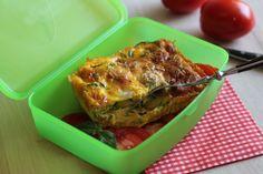 Si prepara velocemente e la si cuoce al forno per mantenerla soffice e leggera. La frittata di zucchine è un'idea vincente per la pausa pranzo.