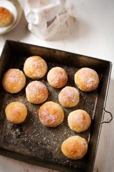 Pusut ja pikkumunkit ovat herkullisia munkkien korvikkeita. Kypsennys tapahtuu nopeasti uunissa, joten paistajan ei tarvitse seistä rasvan käryssä tuntitolkulla. Ihana sokeripinta tehdään paistamisen jälkeen margariinin ja sokerin avulla.