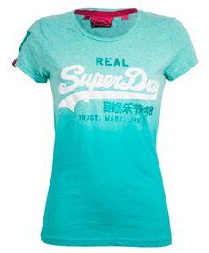 Superdry Logo t-skjorte Rundhalset t-shirt fra Superdry i friske farger. T- skjorten har Klassisk Superdryprint i front. #sportmann #superdry