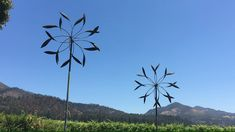 Double Spinners in Sonoma Valley Featured in Sonoma Valley is a beautiful display of Whitaker Double Metal Yard Art, Scrap Metal Art, Wind Sculptures, Sculpture Art, Ceramic Sculptures, Kinetic Wind Art, Kinetic Wind Spinners, Garden Wind Spinners, Metal Art Projects