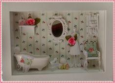"""Maravihoso cenário de lavabo/banheiro, em moldura confec <br>cionada em mdf, pintura branca, fundo em decoupage, minia <br>turas de resina, miniaturas em mdf, espelhinho provençal, mini <br>toalhinhas, mini perfumes, rico em detalhes! <br>POSSUI VIDRO FRONTAL!!! <br>*Produto artesanal sujeito a pequenas variações* <br>""""EXCLUSIVIDADE ATELIER BY DREAMS""""!!"""