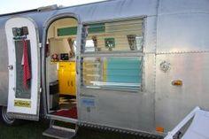 Airstream Ambassador Land Yacht  Beliebte Oldtimer Wohnwagen - eine Aufstellung von Vintage-Caravan.de Caravan, Airstream, Vintage, Lining Up, Travel Trailers, Antique Cars, Vintage Comics, Motorhome