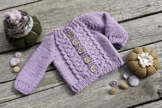 Dieses Angebot gilt für Hand gestrickten Pullover mit fünf Kokosnuss Knöpfe hergestellt aus reiner Wolle-Garn, das Waldorf passt Puppen Größe 15 oder 16. Taillenumfang-11 ; Ärmellänge - 6,5; Pullover Länge - 6,5. Versandbereit