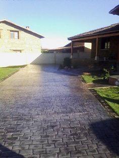 Entrada a casa particular en hormig n estampado con ankare for Adoquines para jardin