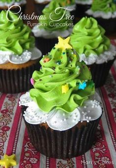 Christmas Cupcakes are festive & decadent Christmas desserts. Here are the best Christmas Cupcakes Recipes & Cupcake decoration ideas for the holidays. Christmas Sweets, Christmas Cooking, Noel Christmas, Holiday Baking, Christmas Desserts, Holiday Treats, Holiday Recipes, Christmas Tree Cupcakes, Holiday Cupcakes