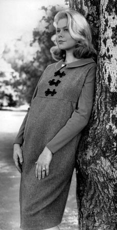 Elizabeth Montgomery....just lovely while expecting.