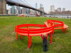 Jeppe Hein Creates 18 Whimsical Installations for Brooklyn Bridge Park Sculptural park benches and a maze constructed of mirrors are among the pieces created by Danish artist Jeppe Hein for an outdoor. Daybed With Storage, Storage Bench Seating, Corner Seating, Booth Seating, Furniture Showroom, Urban Furniture, Street Furniture, Furniture Design, Brooklyn Bridge New York