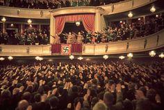 Aunque casi todo el mundo sabe cómo era la propaganda y la potente maquinaria de símbolos de Hitler, ver las imágenes en color de Hugo Jaeger, uno de los fotógrafos personales de Hitler, amplifican aun más la potencia de una ideología que causó terror.