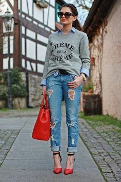 tenue avec chemise en jean sac a main et chaussures rouges manucure noire