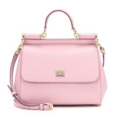 Dolce & Gabbana - Sac en cuir Miss Sicily - Devenu un emblème de la maison italienne, le sac Miss Sicily de Dolce & Gabbana se décline en version rose dragée. Laissez-vous charmer par ses lignes lady chic, son cuir finement grainé, ses détails dorés et sa doublure léopard. Porté à la main ou à l'épaule, c'est un concentré de luxe et de féminité. seen @ www.mytheresa.com