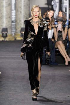 Algunas modelos han desfilado junto a la versión 'mini' de su vestido para Elie Saab en una colección cargada de detalles y joyas de lujo.