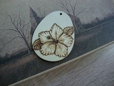 How to wood burn pendant - Hibiscus flower Flower Artists, Hibiscus Flowers, Pyrography, Hello Everyone, Wood Burning, Wood Crafts, Burns, Make It Yourself, Pendant