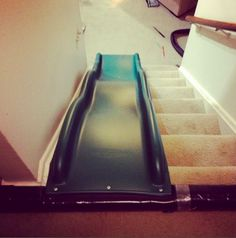 diy-indoor-rutschbahn auf einer treppe, mit tipp zur einfachen befestigung