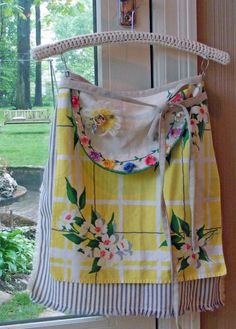 """Apron using vintage fabrics - notes on construction, Actually, she outlines what could be a """"template"""" for using vintage linens to make one's own version of this apron Retro Apron, Aprons Vintage, Upcycled Vintage, Vintage Fabrics, Vintage Linen, Vintage Apron Pattern, Vintage Sewing, Sewing Aprons, Sewing Clothes"""