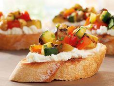 Geröstete Brotscheiben mit leichtem Ziegenkäse und würzigem Grilgemüse - wie klingt das für Sie? Probieren Sie unser Grillrezept!