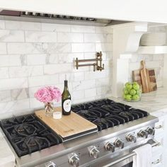 17 Beautiful White Kitchen Backsplash Ideas, traditional kitchen design with marble subway tile and range hood Luxury Kitchens, Home Kitchens, Dream Kitchens, White Kitchen Backsplash, Backsplash Ideas, Backsplash Design, Kitchen White, Marble Tile Backsplash, Kitchen Flooring